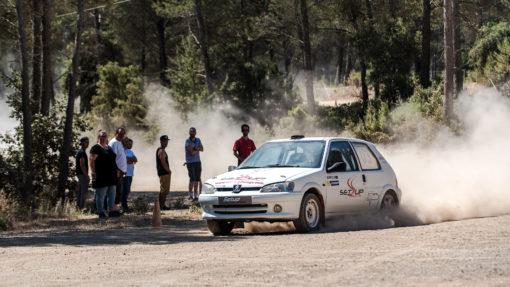 La 106 Rallye devant le groupe de stagiaires