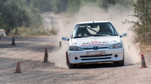Stagiaire sur les freins de sa 106 Rallye